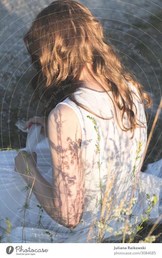 Mädchen in weißem Kleid in der Natur sitzend schön Wohlgefühl Zufriedenheit Sinnesorgane Erholung ruhig Sommer Sonne feminin Junge Frau Jugendliche Leben
