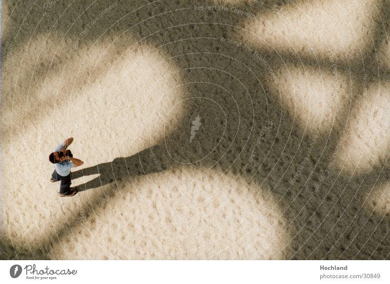 Na, wo ist das ? Mann Sand Architektur Rücken Paris Frankreich Fotograf Bogen