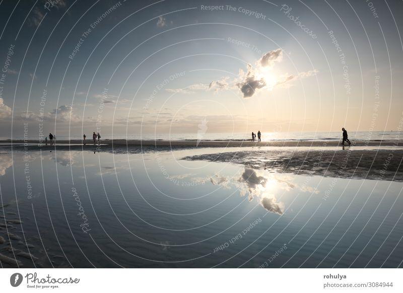 Menschensilhouetten am Meeressandstrand bei Sonnenschein Ferien & Urlaub & Reisen Tourismus Sommer Strand Natur Landschaft Himmel Horizont Schönes Wetter Küste