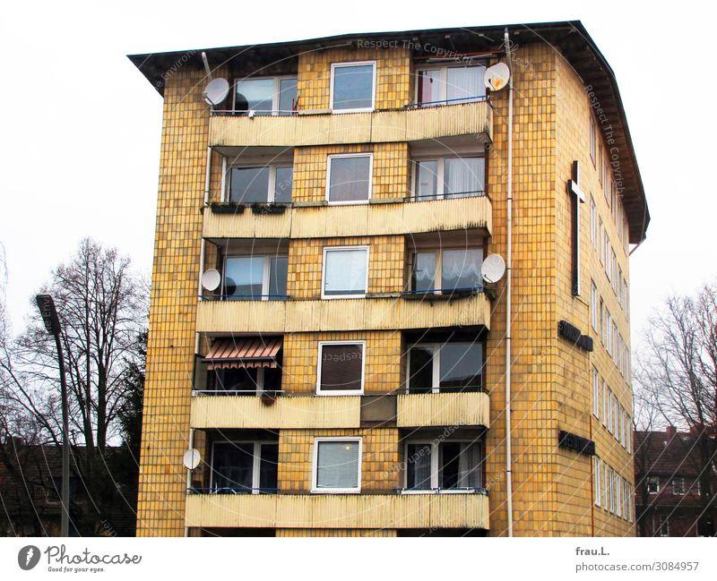 Haus Häusliches Leben Wohnung Hochhaus Architektur Balkon alt dreckig hässlich kaputt gelb Traurigkeit Trauer Gier Christliches Kreuz Beerdigung schäbig Armut