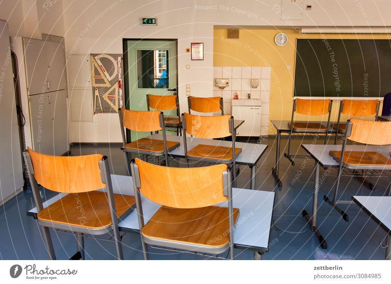 Klassenraum Bildung Detailaufnahme Licht Menschenleer Schule Schulgebäude Stadt Textfreiraum Raum Innenarchitektur Berufsausbildung Tafel Tisch Stuhl Möbel