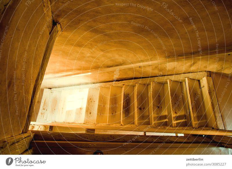 Morgensonne auf der Holztreppe Detailaufnahme Haus historisch Kleinstadt Licht Sonne Sonnenlicht Sonnenstrahlen Traurigkeit Menschenleer Mittelalter Sommer