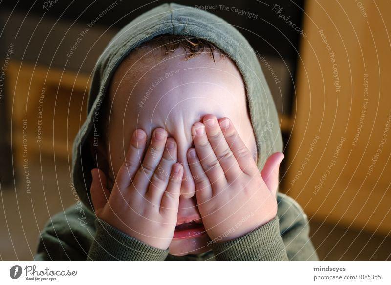 Kleiner Junge mit Kapuze hält sich die Augen zu Kinderspiel verstecken maskulin Kleinkind Familie & Verwandtschaft Kindheit Gesicht 1-3 Jahre berühren