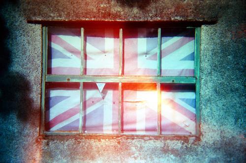 Britain blau Stadt weiß rot Holz Gefühle Stein Linie Streifen Fahne Ausgrenzung Krise Großbritannien einschließen