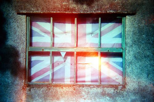 Britain Keswick England Stadt Stein Holz Linie Streifen Fahne blau rot weiß Gefühle Ausgrenzung Krise Brexit Großbritannien einschließen verbarrikadieren