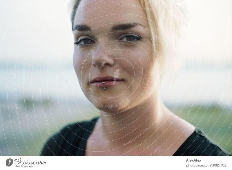 Portrait einer jungen Frau mit Sommersprossen Lifestyle Stil Freude schön Zufriedenheit Junge Frau Jugendliche 18-30 Jahre Erwachsene Landschaft Schönes Wetter