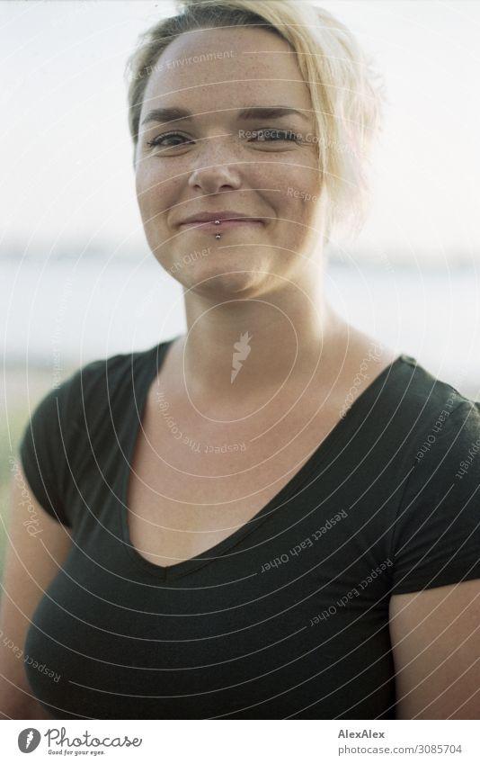 Portrait einer jungen Frau Lifestyle Freude schön Leben Wohlgefühl Junge Frau Jugendliche Grübchen 18-30 Jahre Erwachsene Landschaft Sommer Schönes Wetter