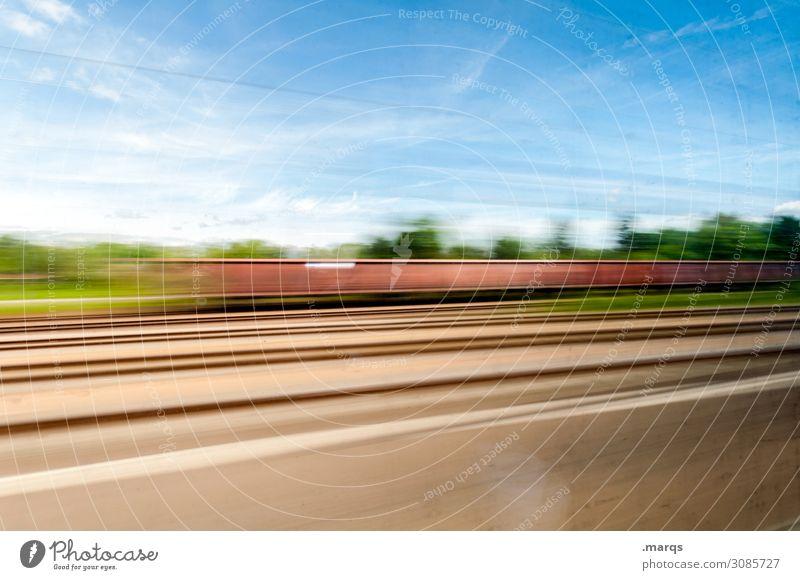 Bewegungs|unscharf Güterverkehr & Logistik Natur Himmel Wolken Schönes Wetter Verkehr Schienenverkehr Güterzug Gleise fahren Geschwindigkeit Mobilität