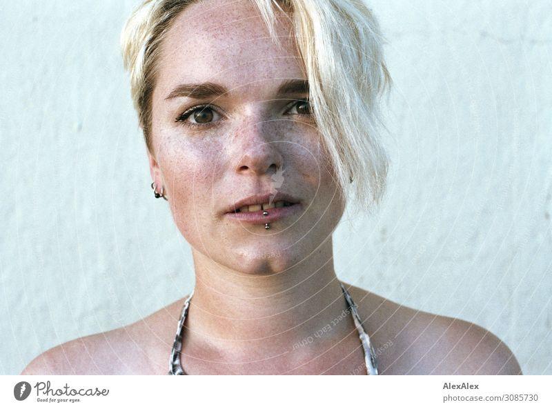 Portrait einer jungen Frau mit Sommersprossen Stil schön Junge Frau Jugendliche Grübchen 18-30 Jahre Erwachsene Piercing blond Blick ästhetisch authentisch