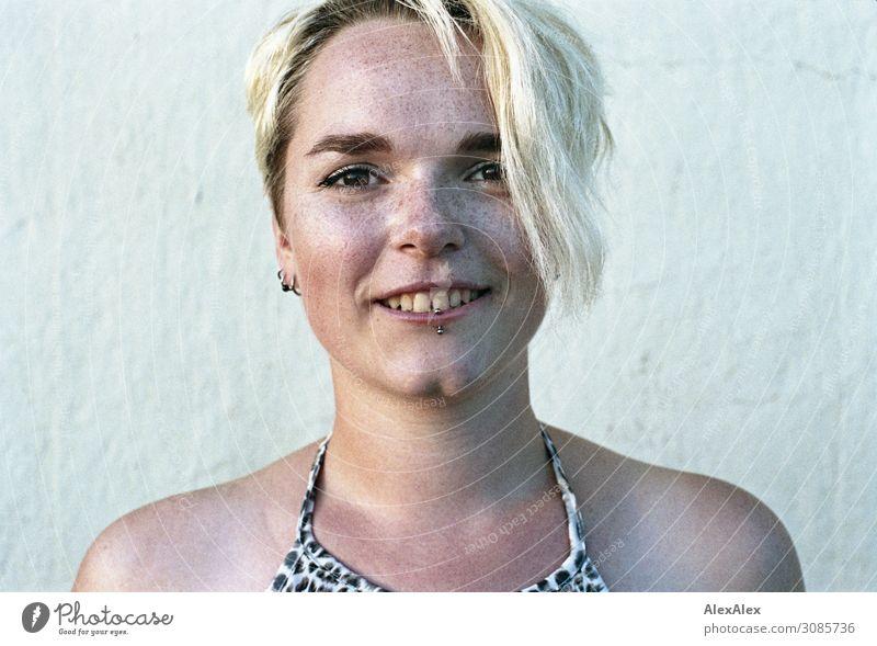 Portrait einer jungen Frau mit Sommersprossen Freude schön Leben harmonisch Junge Frau Jugendliche Gesicht 18-30 Jahre Erwachsene Schönes Wetter Grübchen blond