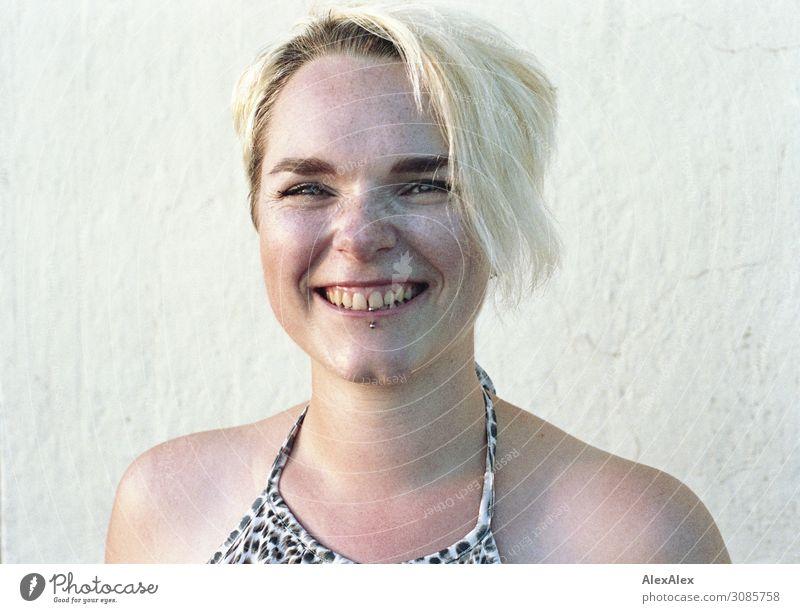 Portrait einer jungen Frau mit Sommersprossen Jugendliche Junge Frau Stadt schön Freude 18-30 Jahre Gesicht Lifestyle Erwachsene Leben natürlich feminin lachen