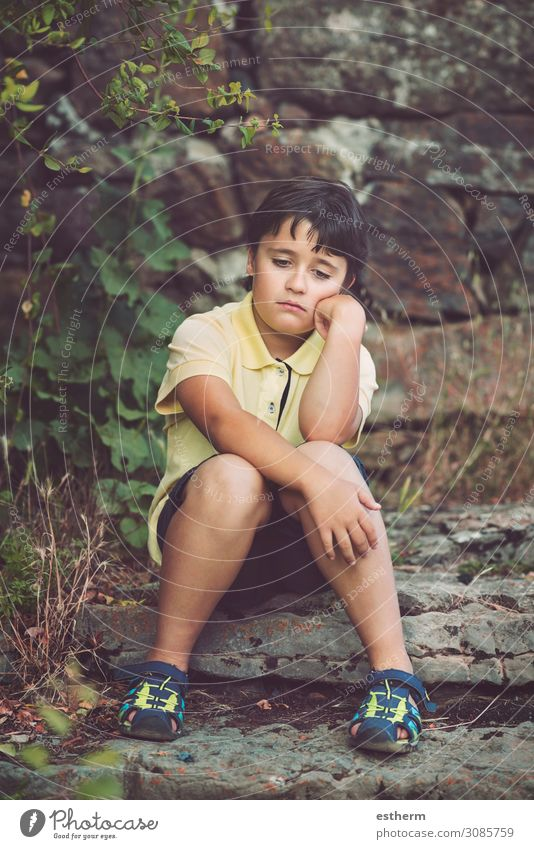 Porträt eines traurigen kleinen Jungen Freiheit Mensch maskulin Kindheit 1 8-13 Jahre Denken Fitness Traurigkeit trist Wut Stimmung Sorge Heimweh Enttäuschung