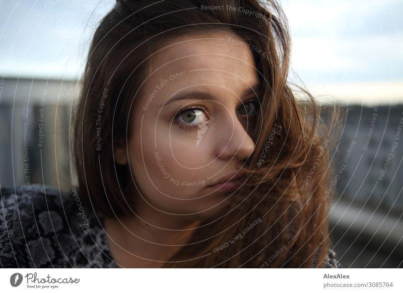 Portrait einer jungen Frau auf einem Dach Stil schön Leben Junge Frau Jugendliche Gesicht 18-30 Jahre Erwachsene Sommer Stadt brünett langhaarig Blick