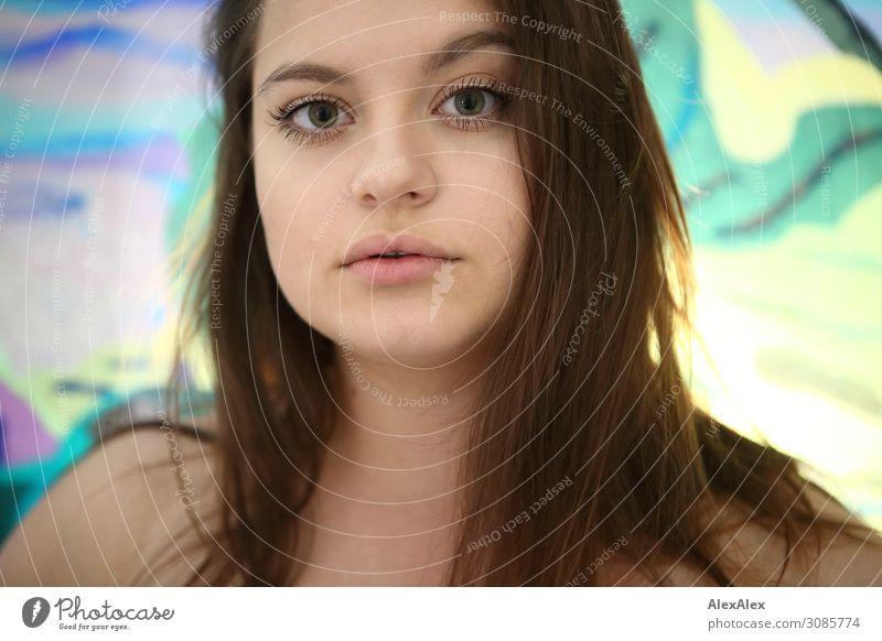 Portrait einer jungen Frau vor einer bunten Scheibe Lifestyle Stil schön Leben Häusliches Leben Raum Junge Frau Jugendliche Gesicht 18-30 Jahre Erwachsene