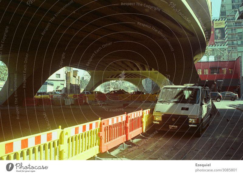 Konstruktion Kunst Stadt Brücke Gebäude Öffentlicher Personennahverkehr Straße Hochstraße Tunnel Fahrzeug PKW Lastwagen Oldtimer Beton Kunststoff planen