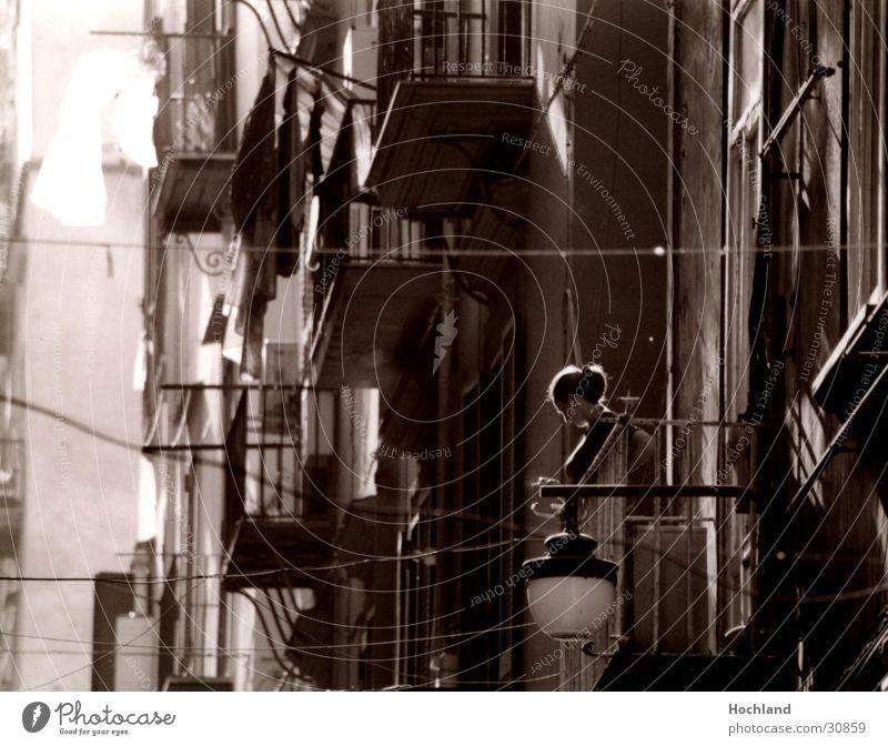 Frau am Balkon in Neapel Fenster Junge Frau Lampe Europa Kabel Italien eng Gasse Wäsche