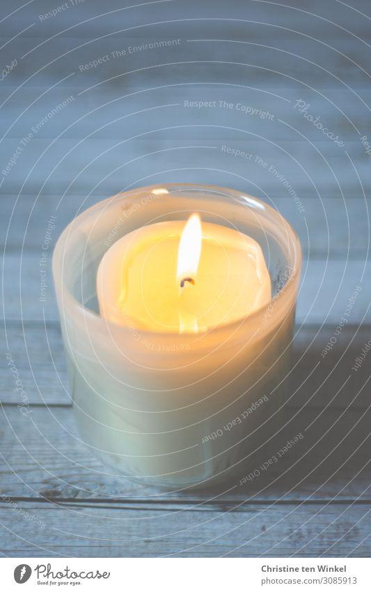 brennende Kerze Holz Glas leuchten einfach hell Wärme blau gelb weiß Gefühle Stimmung Glück Zufriedenheit Lebensfreude Vorfreude Geborgenheit Warmherzigkeit