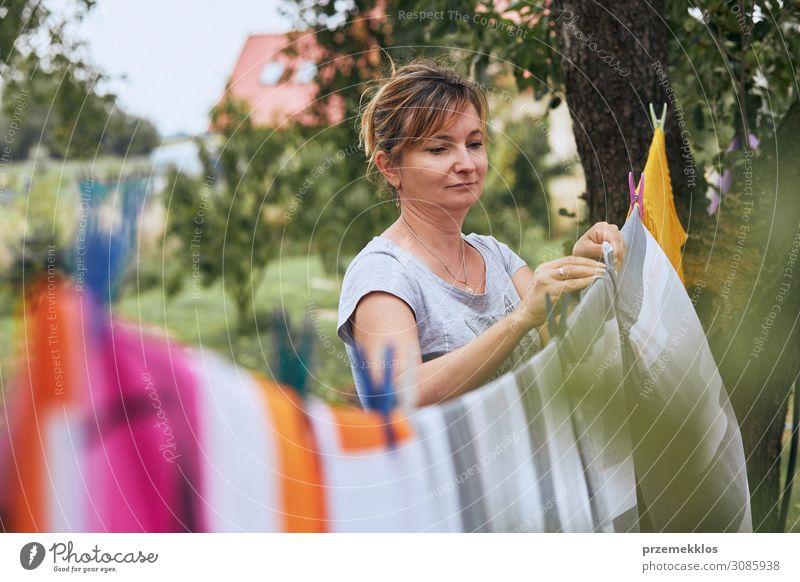 Frau hängend gewaschene Bettwäsche an der Wäscheleine Sommer Garten Arbeit & Erwerbstätigkeit Erwachsene 1 Mensch 45-60 Jahre Bekleidung stehen authentisch