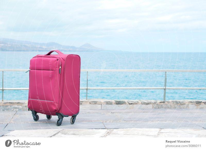 Roter Reisekoffer Lifestyle Ferien & Urlaub & Reisen Tourismus Ausflug Sightseeing Meer Horizont Koffer genießen blau rot weiß Abenteuer entdecken Ferne Ziel