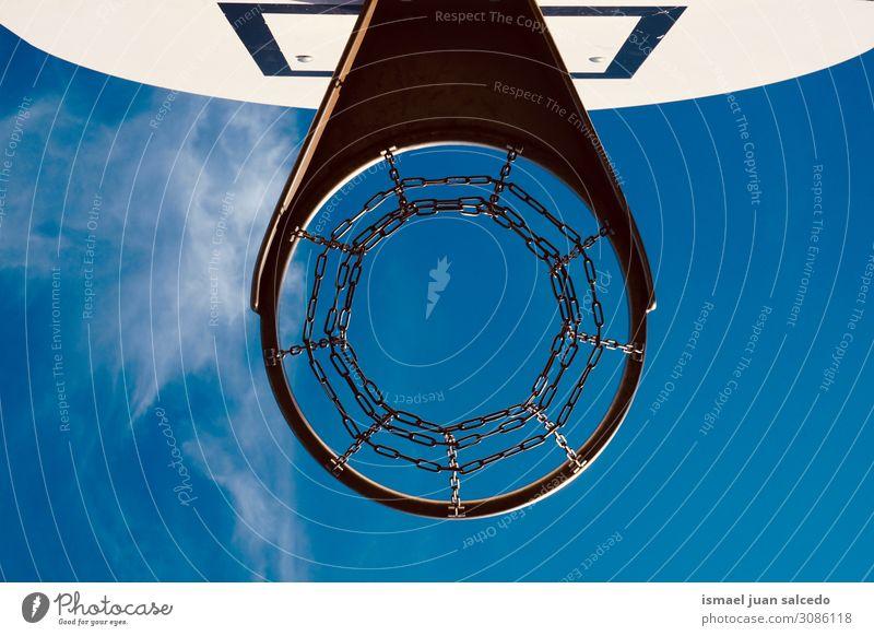 Basketballkorb und blauer Himmel auf der Straße Reifen Korb Kreis Kette Netz Sport Sportgerät Spielen alt Park Spielplatz Außenaufnahme sehr wenige