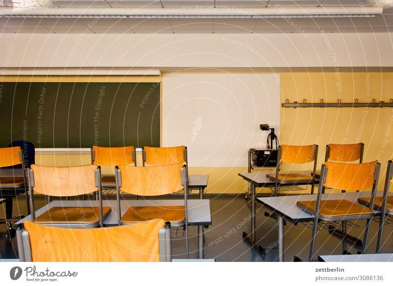Leerer Klassenraum Bildung Detailaufnahme Licht Menschenleer Schule Schulgebäude Stadt Textfreiraum Raum Innenarchitektur Berufsausbildung Tafel Tisch Stuhl