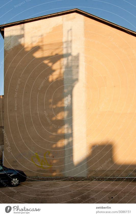 Schatten von einem Baugerüst auf einem Haus aschersleben Detailaufnahme historisch Kleinstadt Licht Traurigkeit Menschenleer Mittelalter Sachsen-Anhalt Sommer