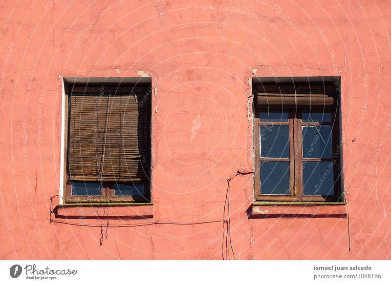 Fenster an der roten Fassade des Hauses in der Stadt Gebäude Außenseite Balkon heimwärts Straße Großstadt Außenaufnahme Farbe mehrfarbig Strukturen & Formen