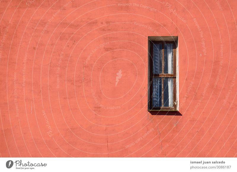 Fenster an der roten Fassade des Gebäudes in der Stadt Außenaufnahme Balkon Haus heimwärts Straße Großstadt Farbe Strukturen & Formen Architektur Konstruktion