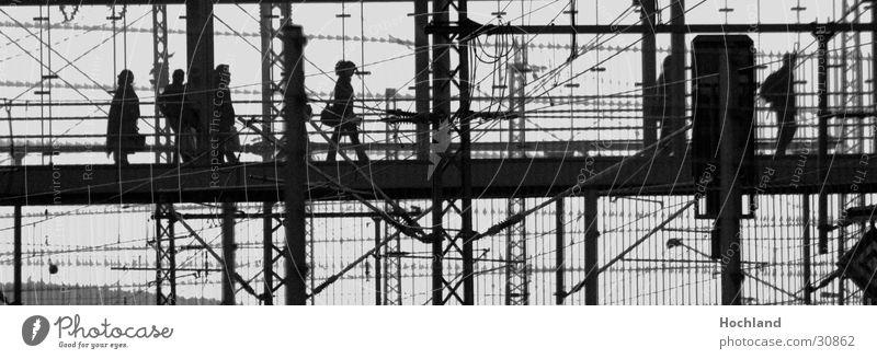 Transzendenter Bahnübergang Mensch Ferne Glas Eisenbahn Brücke unterwegs Träger Stahlträger Drahtseil Bahnübergang