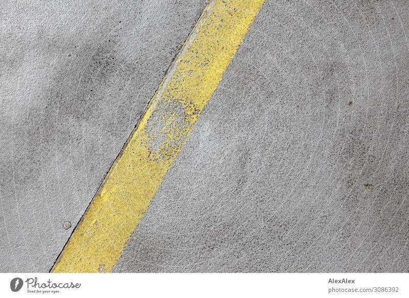 Gelber Streifen Fahrbahnmarkierung auf Beton unvollendet alt Boden Betonstrasse Straße gelb Poren zerbröckelt kaputt diagonal Muster Strukturen & Formen rau