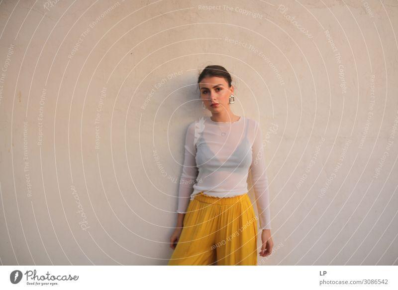 G an der Wand stehend Lifestyle elegant Stil exotisch schön Wohlgefühl Zufriedenheit Sinnesorgane ruhig Mensch feminin Junge Frau Jugendliche Erwachsene Leben