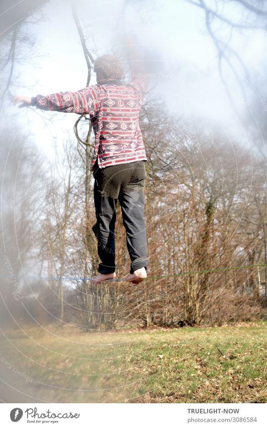 Junger Mann auf slackline im Park Freude sportlich Fitness Wellness Leben harmonisch Freizeit & Hobby Slacklinen Sport Akrobatik Jugendliche 18-30 Jahre