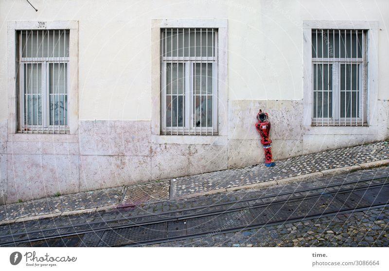 Die Stadtverwaltung hat entschieden   on the road again rot Haus Fenster Straße Wand Mauer grau Ordnung Kreativität Perspektive entdecken planen Schutz