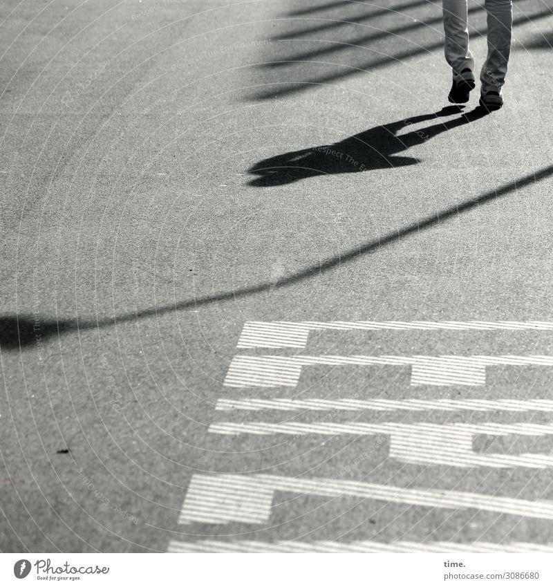 Schattenspendierer   on the road again Mensch Mann Erholung Ferne Straße Beine Erwachsene Leben Wege & Pfade Bewegung Fuß Stein Stimmung gehen Zufriedenheit