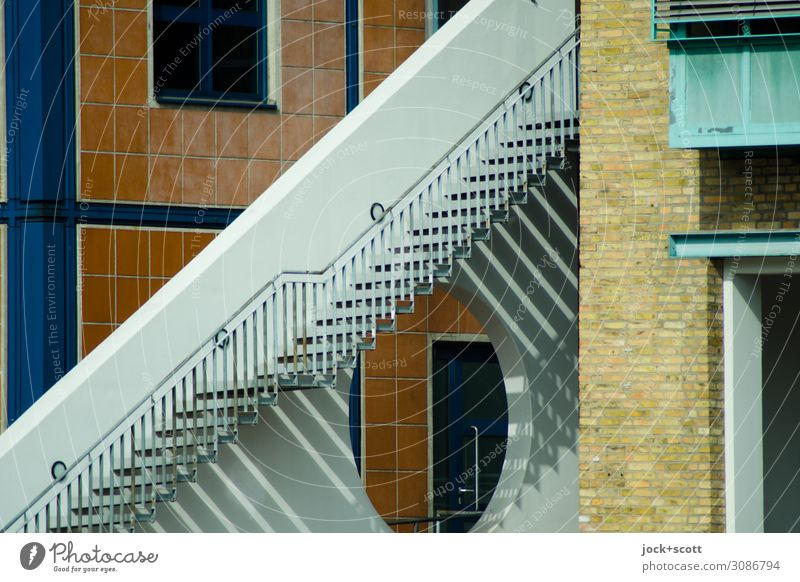 Schattenwerfer Architektur Schönes Wetter Berlin-Mitte Bürogebäude Treppe Fassade Geländer Linie Streifen Geometrie eckig fest einzigartig modern Stadt Stimmung