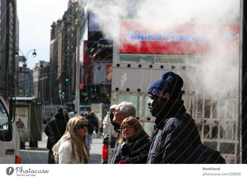 New York 5 schwarz Straße Menschengruppe USA Rauch Mütze typisch New York State