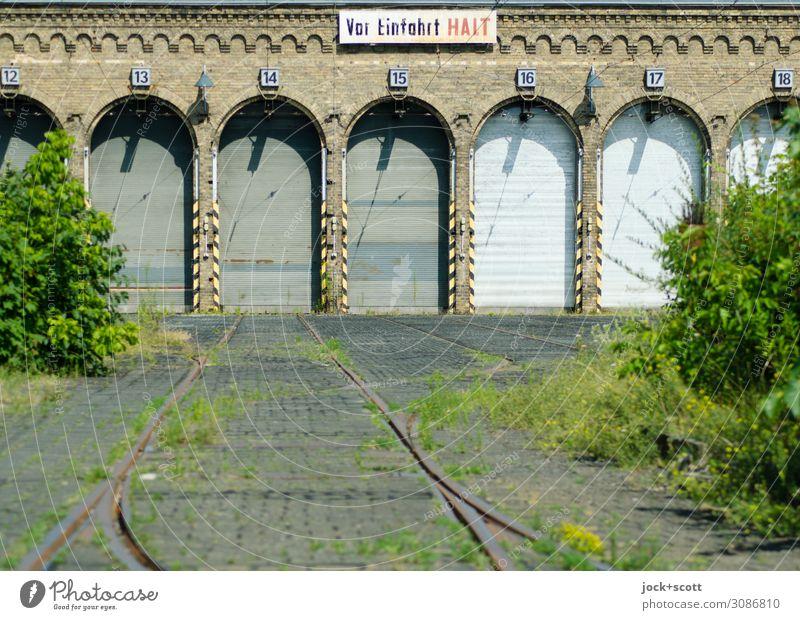 Endhaltestelle lost places Gras Sträucher Pankow Gebäude Tor Gleise Lager Warnschild Ziffern & Zahlen Wort authentisch Wärme Symmetrie Vergänglichkeit