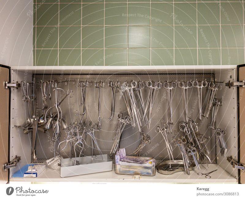 surgical instruments are hanging Krankenhaus Gesundheitswesen Werkzeug Schere gebrauchen Reinigen glänzend trocken braun gelb grün health Operation tweezers