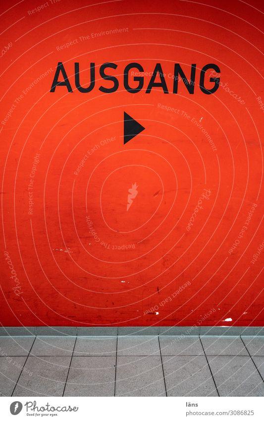Ausgang Mauer Wand Wege & Pfade Hinweisschild Warnschild rot Beginn Richtung Pfeil Farbfoto Menschenleer Textfreiraum links Textfreiraum rechts