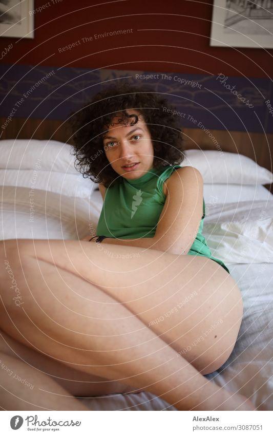 Portrait einer jungen Frau im Hotelbett Lifestyle Stil Freude schön Leben Bett Schlafzimmer Hotelzimmer Junge Frau Jugendliche Beine 18-30 Jahre Erwachsene