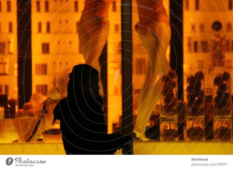New York 1 Nacht Frau 5th Avenue Manhattan Schaufenster Langzeitbelichtung Straße Puppe Schatten
