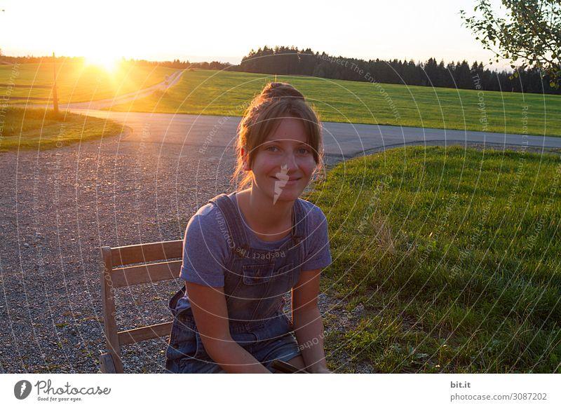 Junge Frau im Gegenlicht feminin Mädchen Jugendliche Freude Glück Fröhlichkeit Zufriedenheit Lebensfreude Abenddämmerung Blick Blick in die Kamera