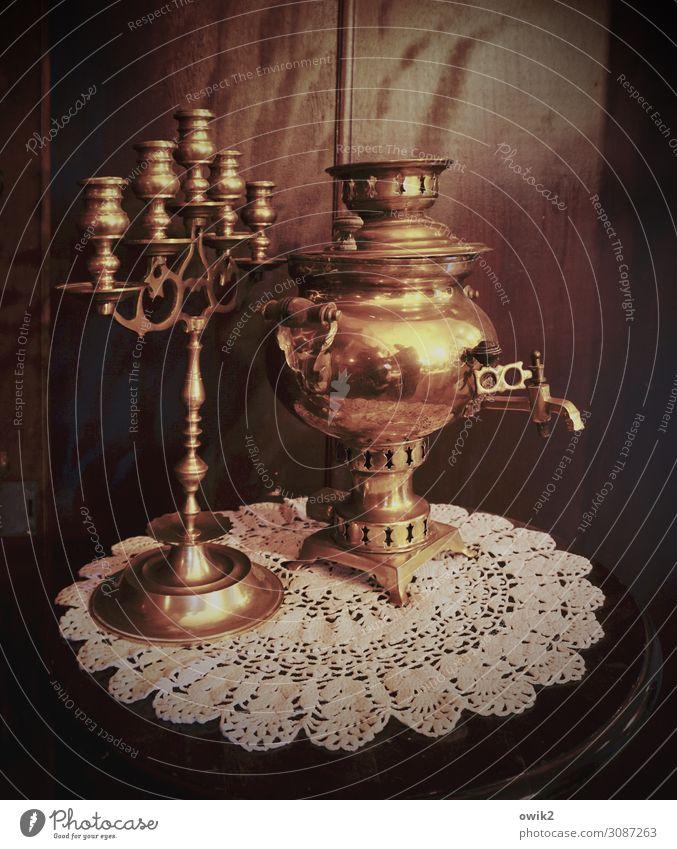 Abwarten und Tee trinken Samowar Leuchter Schrank Schranktüren Tischwäsche Kerzenständer Holz Metall leuchten stehen alt glänzend historisch Qualität Tradition