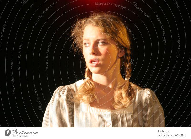 Theater 4 Unschuld ? unschuldig Kleid Hauptdarsteller Gesichtsausdruck Konzert Musik Theaterschauspiel Zöpchen Der Graffiti von Ödön Horvath Jugendliche
