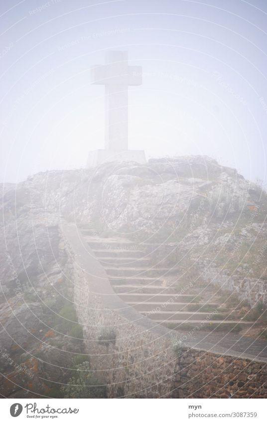 Keltisches bzw. christliches Kreuz im Nebel auf einem Hügel mit Treppe am Meer Trauer Tod Christentum keltisch Christliches Kreuz Religion & Glaube