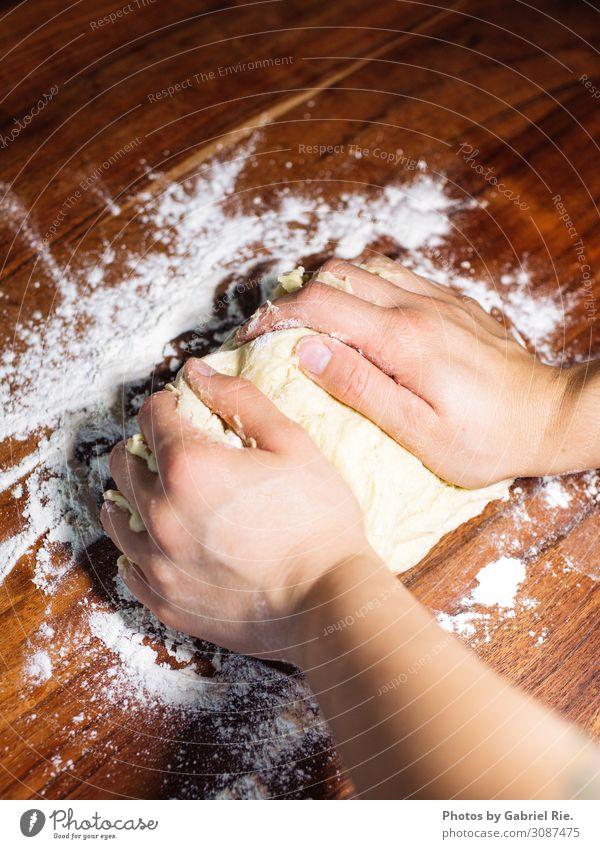 Vorbereitung für einen Zwetschgendatschi Lebensmittel Teigwaren Backwaren Kuchen Dessert Süßwaren Ernährung Kaffeetrinken Picknick Lifestyle Freizeit & Hobby