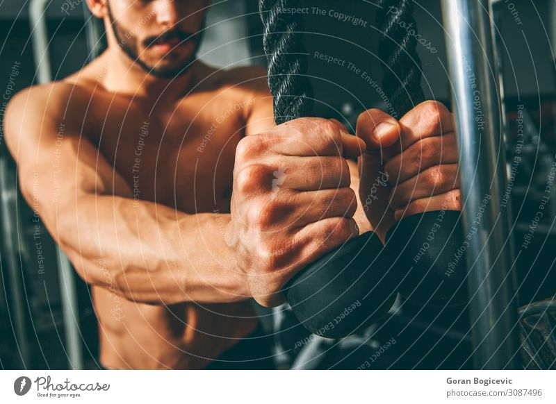Muskulöser Mann beim Training im Fitnessstudio Lifestyle Körper Sport Sport-Training Sportler Seil Mensch maskulin Junger Mann Jugendliche Erwachsene Arme