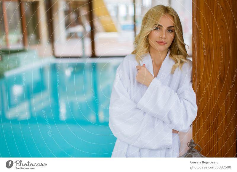 Schöne junge blonde Frau, die sich im Hallenbad entspannt. Lifestyle Stil schön Wellness Erholung Spa Schwimmbad Freizeit & Hobby Mensch feminin Junge Frau