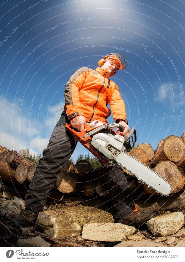Man with chainsaw Arbeit & Erwerbstätigkeit Beruf Handwerk Mensch 1 Natur Wald Arbeitsbekleidung Schutzbekleidung Stiefel Helm Holz Kraft woodcutter lumber