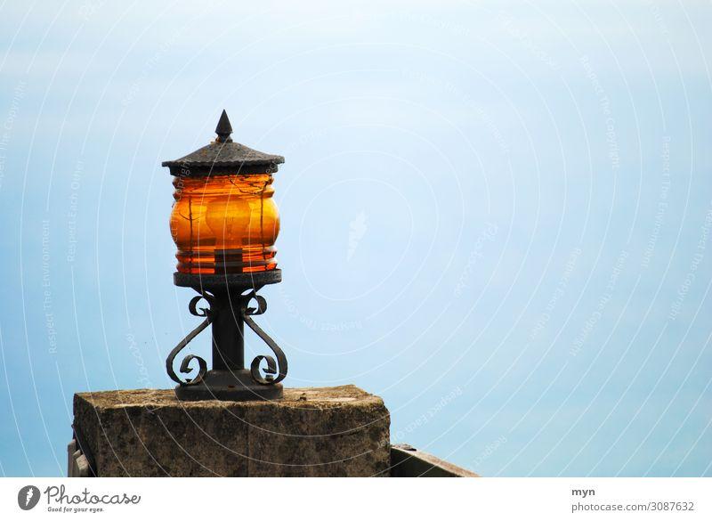 Lampe oder Laterne in einer Hofeinfahrt auf dem Tor vor blauem Himmel auf Madeira Licht Lampenschirm Glühbirne Beleuchtung Einfahrt Straßenbeleuchtung Garten